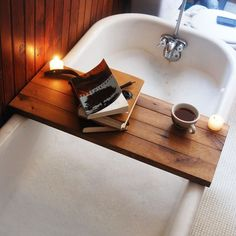 """Fazer uma """"mesinha"""" para apoiar uma xícara de chá e o seu livro favorito em sua banheira dará vida nova a um dos lugares mais relaxantes da casa. #santaajuda #banheira #dica #banheiro #decoração #GNT #micaelagoes"""