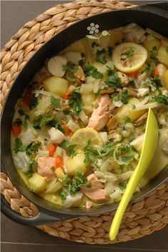 Fire pot from the sea Seafood Appetizers, Healthy Appetizers, Seafood Recipes, Dinner Recipes, Healthy Eating Tips, Clean Eating Snacks, Healthy Crockpot Recipes, Cooking Recipes, Food And Drink