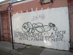 no es cualquier Frase, es parte de Cantata de Puentes Amarillos de Spinetta en una pared de Valparaiso Chile