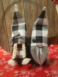 This is a set of 2 Buffalo Check Gnomes done in Black/White. Mr and Mrs Gnome are just over and will look great in any decor! They both have black bodies Christmas Gnome, Scandinavian Christmas, Christmas Deco, Rustic Christmas, Christmas Projects, Holiday Crafts, Girl Gnome, Gnome Tutorial, Scandinavian Gnomes