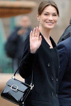 Carla Bruni ha rivelato il nome di sua figlia: si chiama Giulia - 2011 - Roger Vivier handbag