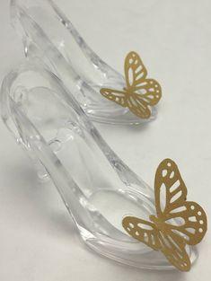 Perfekt für Cinderella oder Schmetterling Thema Geburtstagsparty oder baby-Dusche.  Diese Acrylic Hausschuhe machen große Kuchen Spitzenwerken, oder Sie können sie mit Süßigkeiten füllen.  -Die Hausschuhe Masse L 3 Zoll x H 2,5 Zoll x W 1,5 Zoll  -sie bestehen aus harten, klaren Acryl.  Schauen Sie sich unsere anderen Prinzessin Partei Elemente in unsere Cinderella und Prinzessin-Store: https://www.etsy.com/shop/MadHatterPartyBox?section_id=16230412  Bitte Convo Wenn Sie Multiple erwerben…