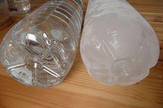 Garrafas de água líquida e congelada.