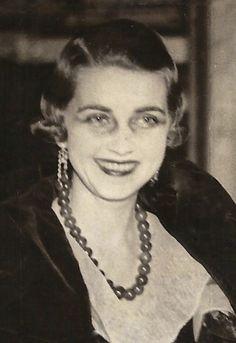 Barbara Hutton Princess Mdivani arriving at the Metropolitan Opera House, New York, in 1933, wearing her jade bead necklace.