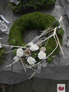Christmas Floral Arrangements, Christmas Centerpieces, Flower Centerpieces, Flower Decorations, Flower Arrangements, Christmas Decorations, Holiday Decor, Christmas Plants, Christmas Wreaths