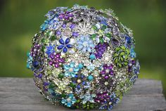 These are custom made brooch bridal bouquets , they can be ordered in any color combination you like. The price of $110 USD is for the deposit,