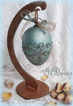 Easter egg Egg Art, Egg Decorating, Diy Cards, Easter Eggs, Decoupage, Christmas Bulbs, Arts And Crafts, Holiday Decor, Hearts
