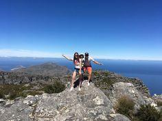 Montez en haut de la Table Mountain et jouir de l'une des plus belles vues de la ville. 3 sentiers balisés vous permettent de profiter de différents points de vue. L'ascencion avec bébé se fait à l'aide d'un téléphérique  (un départ toutes les 10 minutes en haute saison). #tablemountain #capetown #afriquedusud #panorama #randonnee #familytravel #travelwithkids Porte Bebe Rando, Woodstock, Le Cap, Panorama, Table Mountain, Points, Aide, Cape Town, Mount Rainier