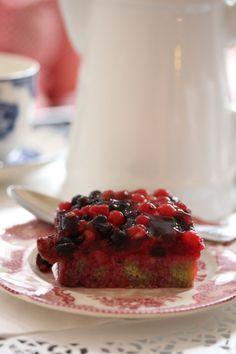 Pistachio Financier with summer fruits Summer Fruit, Pistachio, Cheesecake, Cooking, Desserts, Food, Financier, Dessert Ideas, Cakes