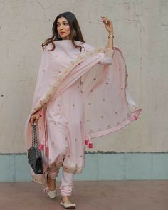 Bollywood fashion 852728510683922761 - Source by sensitivesofia Indian Party Wear, Indian Wedding Outfits, Pakistani Outfits, Indian Outfits, Kurta Designs, Kurti Designs Party Wear, Casual Indian Fashion, Ethnic Fashion, Dress Indian Style