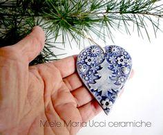 Un cuore in ceramica per decorare l'albero di Natale. Ho creato questo cuore con decorazioni in rilievo che ho decorato in blu. Questo cuore è disponibile nel mio shop online Etsy : https://www.etsy.com/it/listing/210022413/cuore-azzurro-in-ceramica-cuore?ref=shop_home_active_3