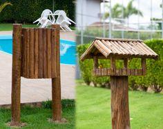 lixeira e casa de passarinho em madeira