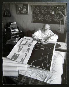 Henri Matisse. Trabajando en la cama.Fue Matisse, amante del arte africano quien le regaló una máscara del arte negro, a Pablo Picasso, y de allí el interés de Picasso por el arte negro. Muy de moda en Francia a comienzos del siglo 20, coleccionar máscaras y totems del continente africano