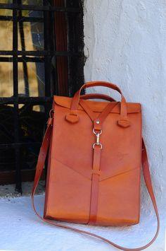 Laptop bag handmade in brown leather. Handbag and detachable shoulder strap, front pockets. Design Ludena.
