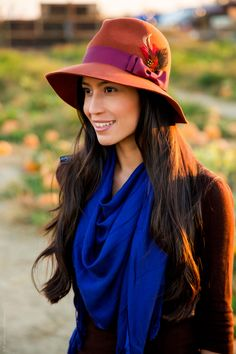 I love the contrasting hat and scarf colors, they pair well together.
