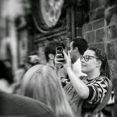 fotos que importan: Joven turista fotografiando con el móvil
