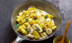 Salada de frutas salteadas com calda de mel e gengibre, uma receita com um toque doce para terminar a refeição.