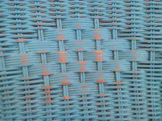 Detalle de silla de mimbre pintada con efecto desgastado