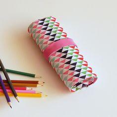 Puntikatý tužkovník s růžovou gumičkou, možnost uložit 26 různych barviček, pastelek, tužky, propisky atď  Rozměry cca 19,5 x 29,5 cm