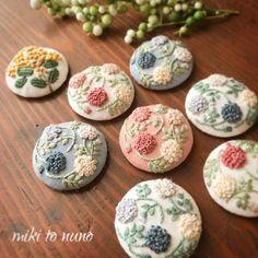 MIKIさんはInstagramを利用しています:「. 晴れ続き☀️嬉しい✨ . ❁miki to nuno❁ 今晩 minneさんにてUP予定です✨ . ブローチ、ヘアゴム 、ヘアピンを選択出来ます 春色の刺繍を手に取って貰いたいです♀️ . #ブローチ #ヘアゴム #がま口 #ヘアピン #刺繍 #手刺繍 #刺しゅう…」