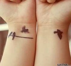 quatre oiseaux poignet tatouage