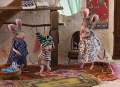 Cute picture book Mouses Houses, featuring daily life scenes of mice Felt Mouse, Mini Mouse, Cute Mouse, Felt Animals, Crochet Animals, Maus Illustration, Childrens Dolls, Three Blind Mice, Hug Gif