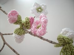 Free crochet apple blossom and leaf patterns ༺✿ƬⱤღ https://www.pinterest.com/teretegui/✿༻