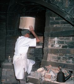 the last firing - taking the saggar into the kiln