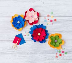 Flores de fieltro fáciles #manualidades #diy #diycrafts #diyprojects #fieltro Cactus, Diy, Stud Earrings, Christ, Paper, Cool Crafts, Turtle Party, Felt Flowers, How To Make