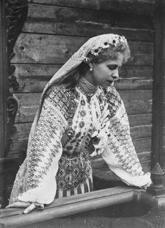 Beautiful photo of traditional Romanian folk dress - Marie Alexandra Victoria of Edinburgh (Queen Maria of Romania) Folk Costume, Costumes, Romanian Royal Family, Folk Fashion, Queen Mary, Royal Jewels, Queen Victoria, Ferdinand, Traditional Outfits