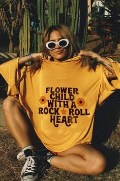 hippie Hey flower child, rock on in our Rock & Roll Flower Child Sunset Hoodie! A relaxed hoodie with wing sleeves in a roomy, slouchy fit. This hoodie features a yellow pigment wash for a vi Hippie Chic, Hippie Top, Looks Hippie, Grunge Hippie, Mode Hippie, Hippie Baby, Bohemian Mode, 70s Hippie, Hippie Vibes