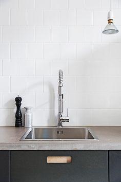 friday inspiration... fotograf Ulrika Nihlèn minimal black, white and grey kitchen