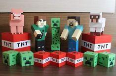 Kit Cenário Minecraft Nosso kit cenário Minecraft é muito legal porque todos os produtos servem como cenário para que você arrase na decoração da festa e, além disso, 16 desses itens viram lembrancinha para surpreender ainda mais seus convidados!!! O kit inclui: 2 Bonecos 27 x 6 x6 cm 1... Minecraft Halloween Ideas, Minecraft Costumes, Minecraft Crafts, Minecraft Birthday Card, Minecraft Party, Birthday Pinata, Minecraft Merchandise, Minecraft Cupcakes, Minecraft School