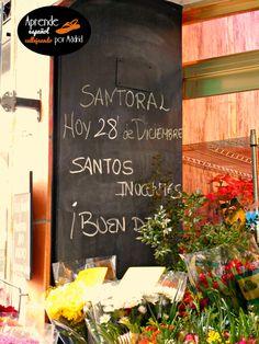 """En esta floristería de la calle Francos Rodríguez tienen la costumbre de anunciar el santo o los santos de cada día (así, como hay gente que celebra su santo -el que lleva su nombre- y recibe regalos, animan a comprarle flores). Hoy es el Día de los Santos Inocentes, y la costumbre es gastar bromas. Si la otra persona """"pica"""" (cae en la broma), después se le dice: """"¡Inocente!"""", porque inocente significa, entre otras cosas, 'ingenuo, fácil de engañar'."""