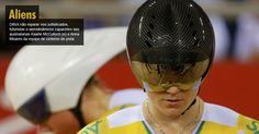 Difícil não reparar nos sofisticados, futuristas e aerodinâmicos capacetes das australianas Kaarle McCulloch (e) e Anna Meares da equipe de ciclismo de pista