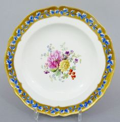 Barocker KPM Teller, Blumenbouquet, Goldrand mit blauer Blütenranke, um 1800