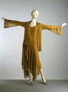 Evening ensemble Nabob About 1927 London Silk georgette, the belt embroidered with metal thread mustard gold yellow silk dress flapper art deco bias cut scarf skirt hem jacket bell sleeves drop waist museum vintage fashion 1920 Style, Flapper Style, My Style, Flapper Era, 30s Fashion, Art Deco Fashion, Fashion History, Vintage Fashion, Fashion Design