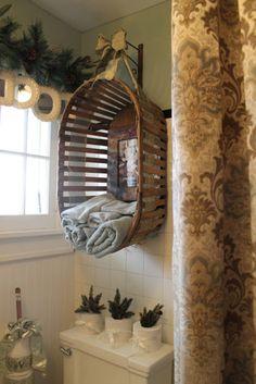 Een houten bak/wasmand ophangen in bijv.de badkamer voor bijv. opbergen handdoeken