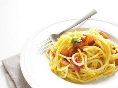 spaghetti, ail, oignon, crème liquide, huile d'olive, lardons, piment de Cayenne, curry, herbes de Provence, cube de bouillon, parmesan...