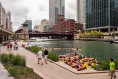 This drone footage captures the walkway along Chicago's riverfront over one year after Sasaki and Ross Barney Architects transformed it into a busy public space, featuring fishing platforms and a spot for kayaking.