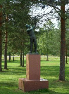 Pieni lasinpuhaltaja-patsas. Suomen lasimuseon pihapiiri, Tehtaankatu 23, Riihimäki. Kuva: Jaana Hodju