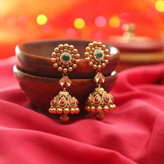 21 Beautiful Gold Jhumka Designs You Have Ever Seen Gold Jhumka Earrings, Indian Jewelry Earrings, Jewelry Design Earrings, Fancy Jewellery, Gold Earrings Designs, Designer Earrings, Necklace Designs, Jhumka Designs, Fancy Earrings