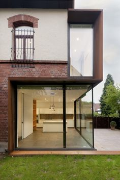 """Rethinking of the boundaries of a house. Belgian studio EXAR Architecture have replaced walls of brick and plaster with glass and Corten steel on this extension to a suburban house outside Brussels. The """"back"""" rooms, kitchen, bathroom, previously consider Architecture Extension, Residential Architecture, Contemporary Architecture, Architecture Details, Interior Architecture, Installation Architecture, Exterior Design, Interior And Exterior, Glass Extension"""