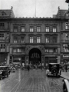Postscheckamt Berlin 1933.Blick auf den Haupteingang in der Dorotheenstrasse von der Schadowstrasse aus gesehen