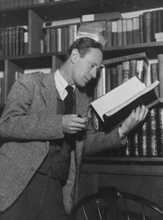 WWI-Leslie Howard enlisted at the outbreak of the First World War. He served in the British Army as a subaltern in the Northamptonshire Yeomanry, but suffered shell shock, which led to his relinquishing his commission in May Harold Lloyd, Diana Krall, Harry Belafonte, Leslie Howard, Alan Howard, Trevor Howard, Classic Hollywood, Old Hollywood, Haiku
