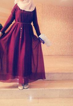 Hijab écru et robe bordeaux
