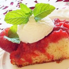Fresh Strawberry Upside Down Cake Recipe Strawberry Shortcake Recipes, Strawberry Cake Recipes, Strawberry Ideas, Strawberry Sweets, Rhubarb Recipes, Cake Mix Recipes, Cookie Recipes, Dessert Recipes, Bar Recipes