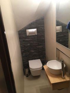 Baño pequeño bajo escalera