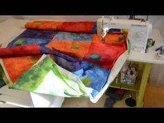 QAYG w No Sashing - 4 part (T) Candy Glendening how to machine quilt a large quilt on a domestic sewing machine by adding one section at a time, with no sashing Quilting Board, Quilting Tips, Quilting Tutorials, Machine Quilting, Quilting Projects, Quilting Designs, Sewing Tutorials, Sewing Projects, Video Tutorials