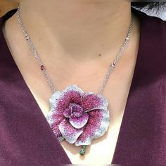 Shades of rubies, sapphires and diamonds to cover this stunning creation that can be worn as pendant or brooch. Blooming Peony Flower by Palmiero. Not only a jewel but a piace of art. Silver Jewelry, Vintage Jewelry, Fine Jewelry, Unique Jewelry, Jewellery, Locket Design, Jewelry Design, Diamond Flower, Pink Sapphire